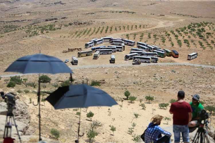 5000 Militants, Civilians Left Arsal to Idlib while Hundreds Stepping Back