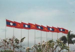 Laotische Flagge und Hammer und Sichel Flagge in der Nähe des ASEAN Tagungsortes