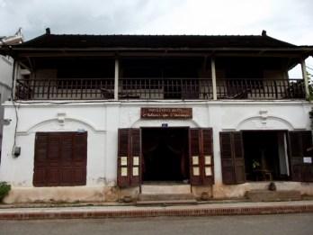 . Am deutlichsten zu spüren ist der ehemalige, französische Einfluss in Luang Prabang, wo viele Gebäude nach französischem Stil noch erhalten sind