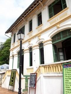 Die französische Architektur zusammen mit den buddhistischen Tempeln machen den Charme von Luang Prabang aus