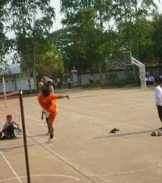 Mr. Souvanh auf dem Schulhof in Ban Phanheng beim akrobatischen Return