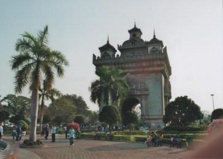 Eines der Wahrzeichen der Hauptstadt, das Patuxai am Ende der Xang-Prachtstraße. Viele Laoten kommen hierher um sich vor dem Monument fotografieren zu lassen, man findet deshalb hier einige Fotografen mit mobilen Druckern.