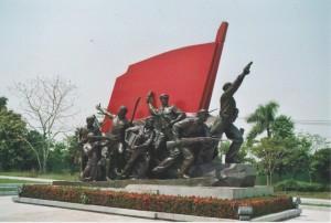 """Den kommunistischen """"Charme"""" des Landes kann man am besten in den Museen der Hauptstadt betrachten, wie hier im Lao People's Army Museum, oder im Lao Revolutionary Museum. Ist im Alltäglichen kaum noch etwas vom Realsozialismus zu spüren, findet sich hier alles, was an UdSSR und Co. erinnert."""
