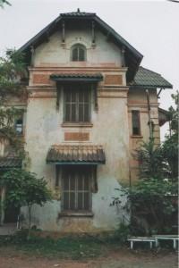 In Vientiane finden sich noch einige Gebäude aus der französischen Kolonialzeit, die teilweise renoviert wurden und jetzt als Hotels genutzt werden, oder wie hier sich in einem Charme des Verfalls präsentieren.