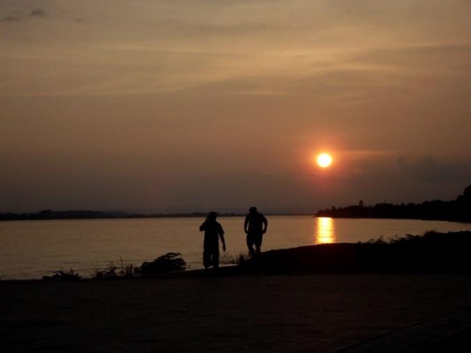 Sonnenuntergang an der Mekong Promenade, dem Mittelpunkt der Stadt am Abend