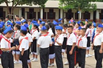 Die Schüler der vierten und fünften Klassen - gute Schüler erhalten die blauen Schiffchen als Auszeichnung, die bei Schulveranstaltungen getragen werden