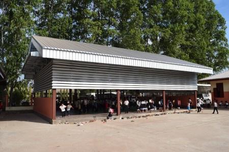 Frontansicht der Sporthalle im Schulhof