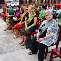 Stiftungsvorständing Gerlinde Engel mit den Volontären der PH Karlsruhe Veronika, Alyssa, Jessica und Lehrerin Bounpheng