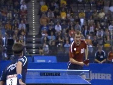Werner Schlager har netop forsøgt at returnere et smash fra Michael Maze, og bolden, som er på vej over nettet, sejler efterfølgende ud over bordet til sejr for Michael Maze (med ryggen til)!