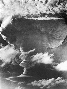 Teste de uma bomba de hidrogênio britânica em Kirimati, 8 de novembro de 1957. Foto: Governo do Reino Unido.