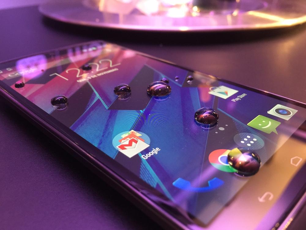 Gotas d'água na tela com nano-revestimento (Foto: Eduardo Cavalcanti)