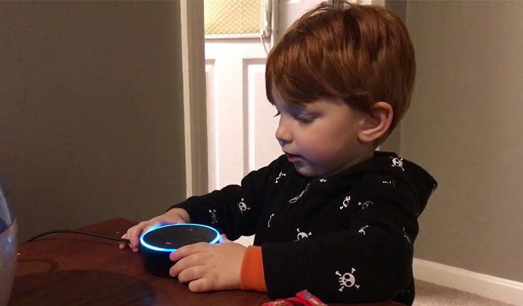 crianças interagindo com assistentes de voz