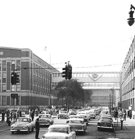 Vista de uma rua com engarrafamento no trânsito no século XX.