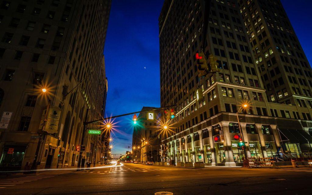 Vista do cruzamento entre ruas de Detroit em período noturno.