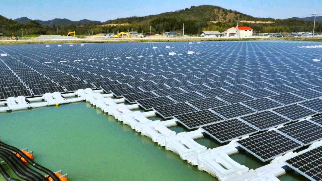 A imagem mostra a primeira usina solar flutuante no Brasil, no reservatório de Sobradinho.