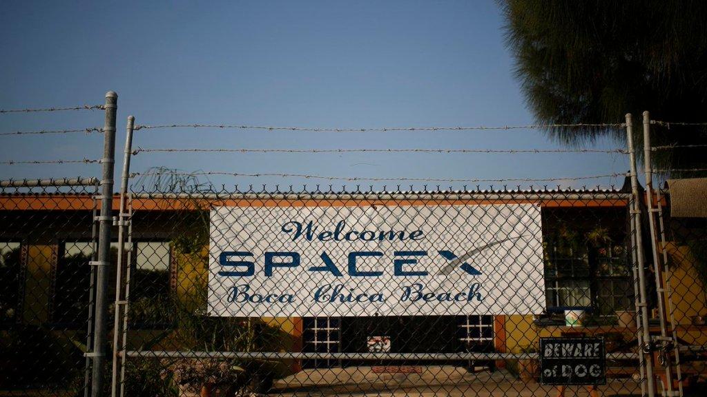 """Placa de """"Bem-vinda, SpaceX"""", da praia de Boca Chica, em 2015. Foto: Bloomberg via Twitter."""