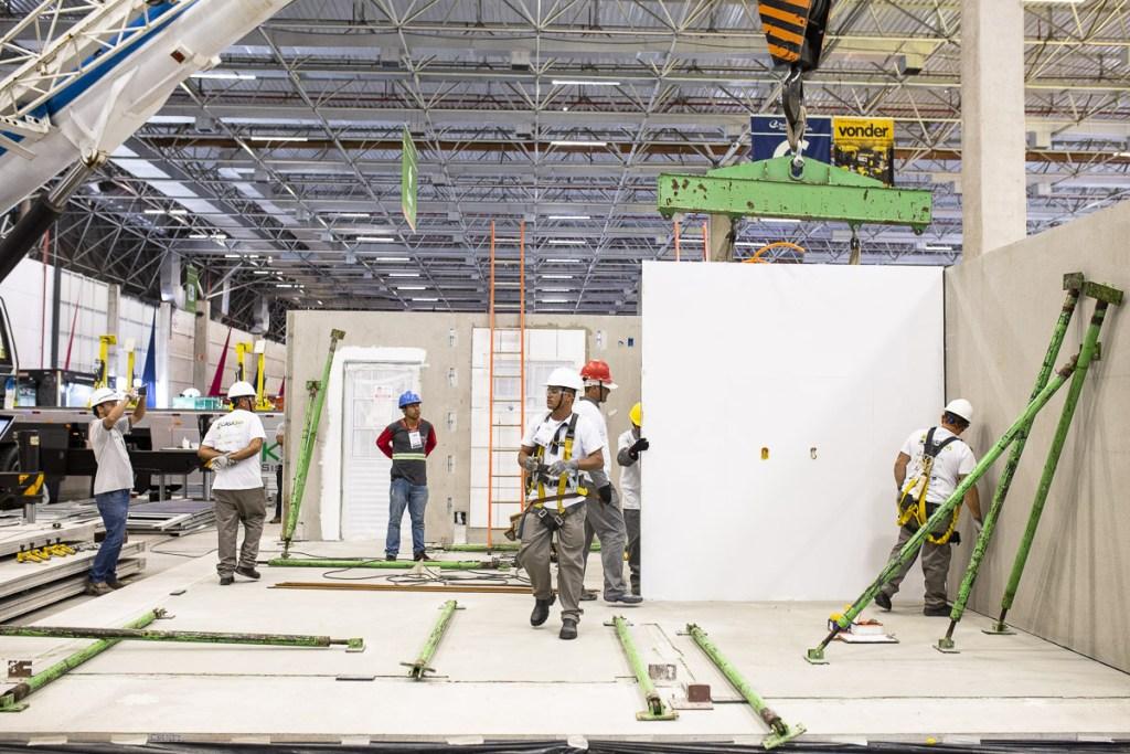 Fábrica para construção industrializada com painéis pré-fabricados. Casa 24h.