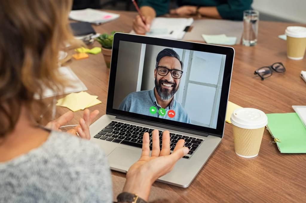mulher conversando em vídeo conferência com homem em vídeo laptop
