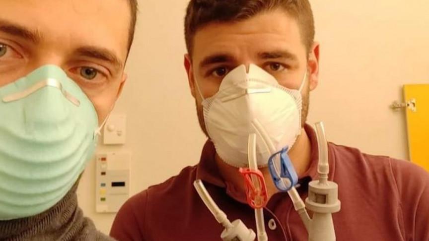 Cristian Fracassi , fundador da Isinnova, ao lado de seu colega engenheiro e a válvula impressa em 3D.