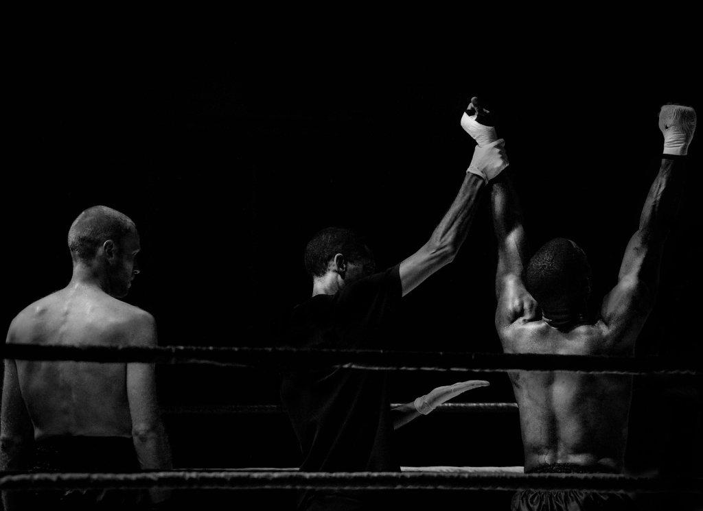 homem em ring sendo declarado campeao