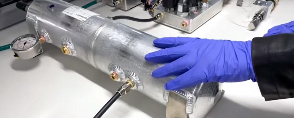Câmara de mistura do ventilador pulmonar, utilizando componente do Tesla Modelo 3. Imagem: Tesla via Youtube.