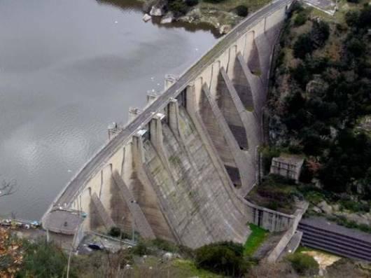 Barragem de gravidade em concreto