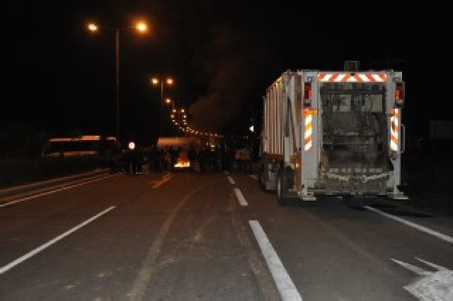 Οι διαδηλωτές με τη βοήθεια των δημοτικών οχημάτων έχουν στήσει οδοφράγματα κάθετα στη λεωφόρο Λαυρίου