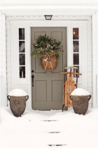 Classic-wreath-with-basket-to-perfect-your-door