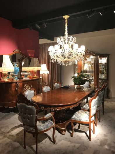 Baroque-solid-wood-furniture-and-chandelier-over-dining-table