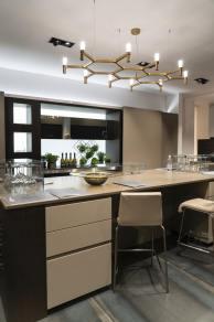 Modern-kitchen-decor-with-chandelier-above-island