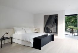 Organized-bedroom-with-black-bench