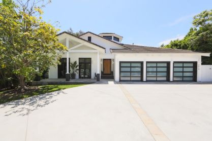 Ranch-Home-Design-garage-for-cars