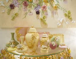 Rich-gold-colors-porcelain-vases-to-decorate-a-baroque-room