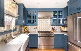 Spanish-blue-kitchen-with-patterned-backsplash