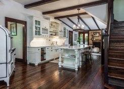 Victorian-farmhouse-in-Georgia-kitchen-decor