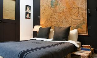 world-map-above-bed-pallet-furniture