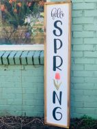 a-bright-and-simple-spring-sign-with-black-letters-a-tulip-and-a-light-stained-wooden-frame-is-chic