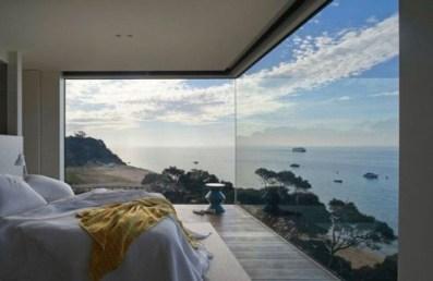 daring-glass-bedroom-design-ideas-11-554x361