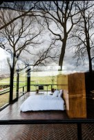 daring-glass-bedroom-design-ideas-16-554x829