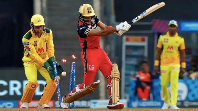 IPL 2021: MS Dhoni says, 'Hindi mein nahi bol sakta hun' when THIS batsman walk in, watch