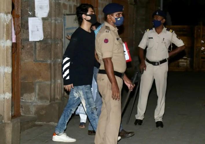 NCB ने शाहरुख खान के बेटे आर्यन कान को ड्रग मामले में गिरफ्तार किया है
