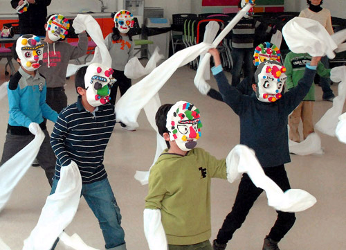 Children learn traditional Korean mask dance at the  National Folk Museum in Seoul on Sunday.