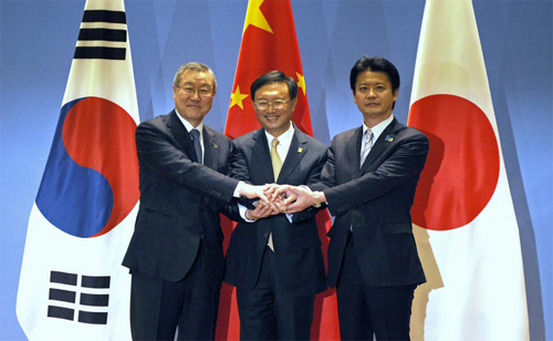 Chinas Foreign Minister Yang Jiechi (center), Japanese Foreign Minister Koichiro Gemba (right) and South Korean Foreign Minister Kim Sung-hwan pose for a photo before the start of the 6th Trilateral Foreign Ministers Meeting in the eastern Chinese city of Ningbo on Sunday. /AP-Newsis