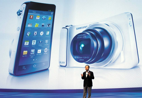 Shin Jong-kyun, the head of Samsungs mobile phone division, presents the Galaxy Camera at its