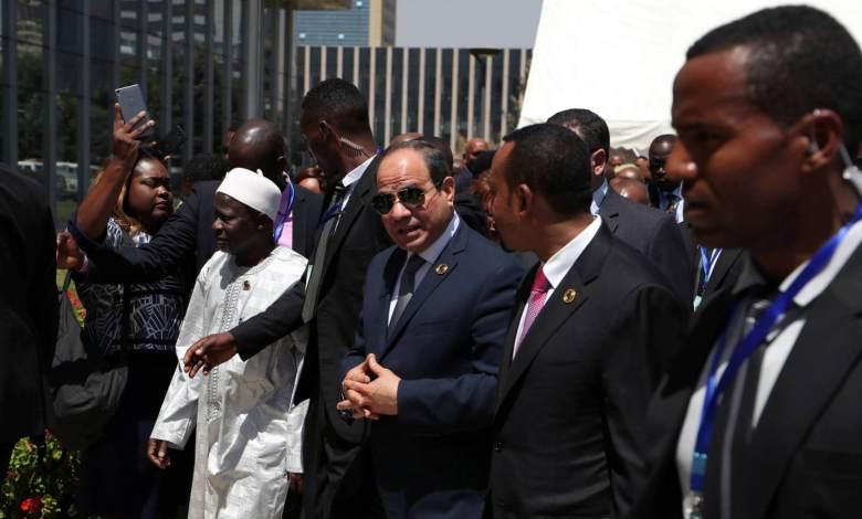 Al Sisi, en el centro de la imagen, junto al primer ministro etíope, Abiy Ahmed, segundo por la derecha, este domingo. TIKSA NEGERI REUTERS