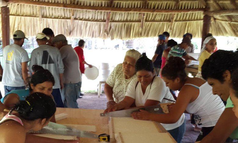 """Programa de Pequeñas Donaciones/Honduras Mujeres hondureñas de la comunidad rural del Venado reciben una capacitación por parte de técnicos chilenos para construir e instalar """"ollas mágicas""""."""