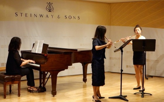 Flutist Ui Kyung Sara Park and German School of Music Weimar 4th-year flute student Jiu Hwang perform The Flower Duet by Delibes.(Image: Charles Ian Chun)