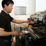 Kohinoor owner Lee Kun-ju prepares coffee. (PHOTO: Kim Da-hye)