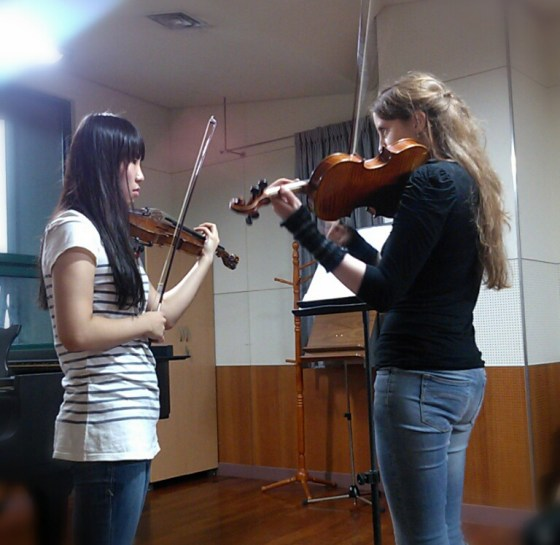 Vilde Frang (right) coaches student Cho Kyung-ah during a masterclass. (PHOTO: Aya Zhuma)
