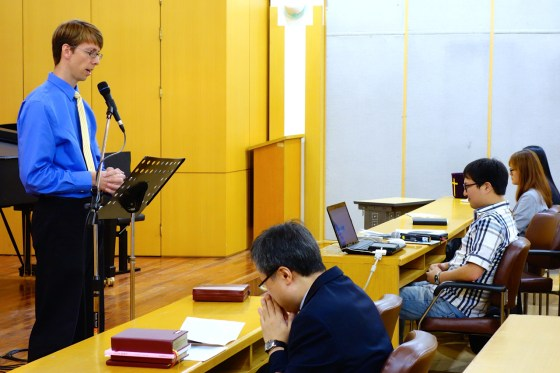 English Ministry preacher Erik Turkelson leads the congregation in a recitation of the Apostle's Creed at Kangnam University's first official English-language service on October 5 on the 4th floor of Wooweon Hall. (Photo: Charles Ian Chun)
